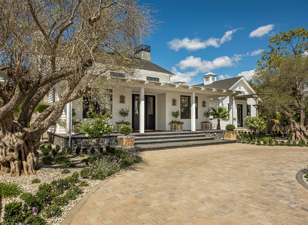 "Image courtesy of <a href=""https://www.houzz.com/photo/104192044-napa-valley-farmhouse-farmhouse-landscape-san-francisco"">Houzz</a>"